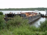 Barka odbierająca surową ropę wypieraną przez tłoki z umartwianego odcinka.